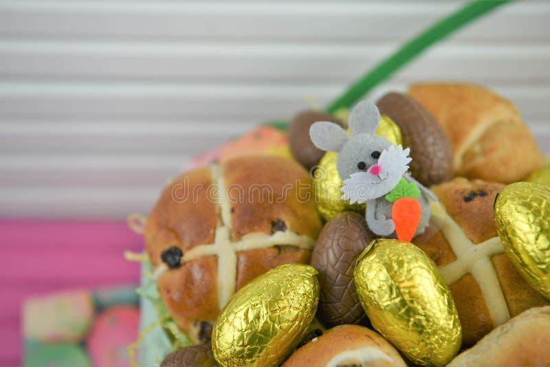 Ovos da páscoa dourados do chocolate da folha com a decoração bonito do coelhinho da Páscoa fotos de stock royalty free