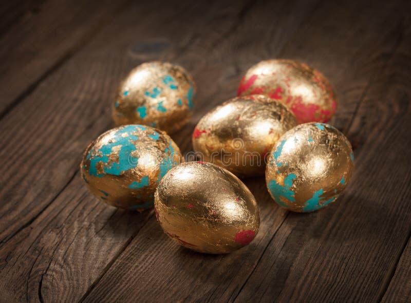 Ovos da páscoa dourados na tabela Conceito fotos de stock royalty free