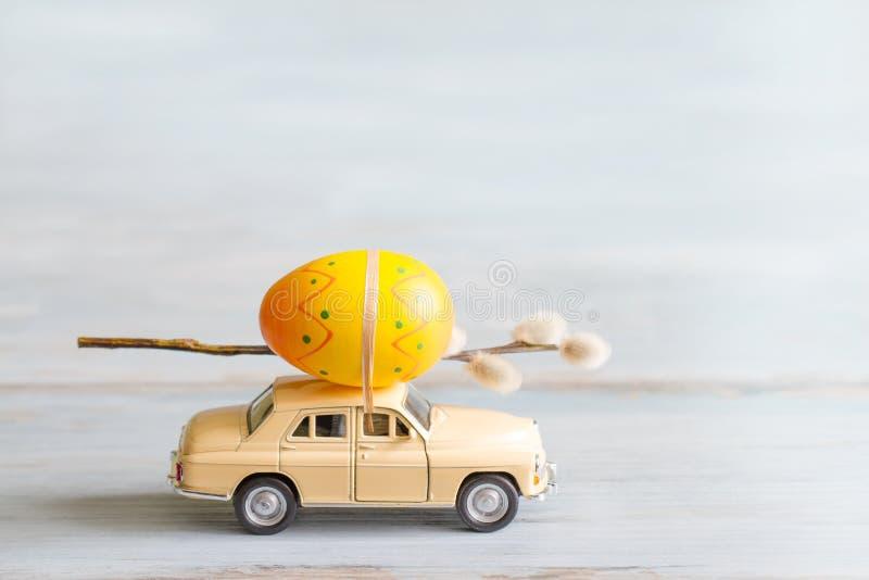 Ovos da páscoa e amentilhos no conceito retro do sumário do carro imagens de stock