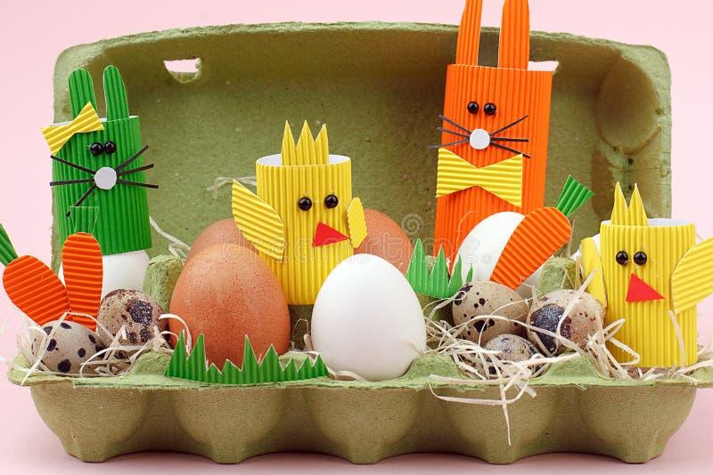 Ovos da páscoa e coelho bonito e galinhas na cesta Decoração festiva Close up feliz da Páscoa fotografia de stock