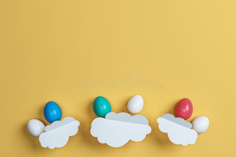 Ovos da páscoa e nuvem coloridos no fundo amarelo Espaço para o te ilustração stock