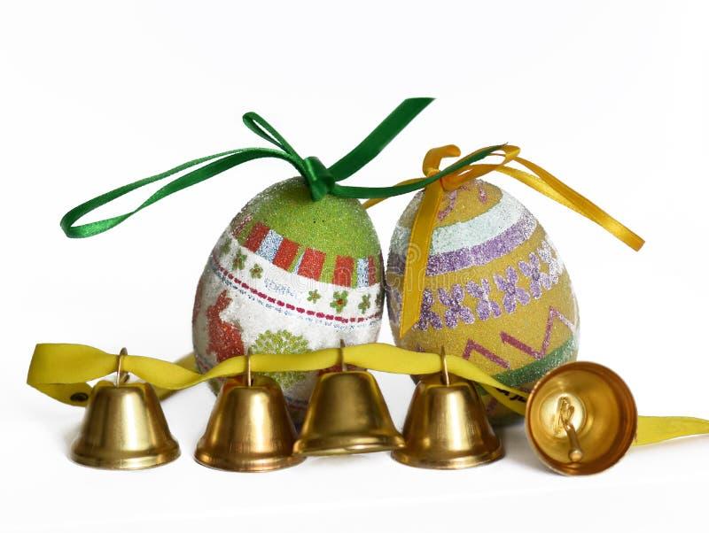 Ovos da páscoa e sinos pequenos imagens de stock