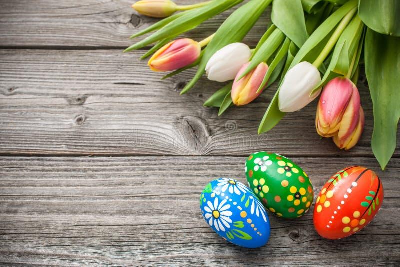 Ovos da páscoa e tulipas frescas da mola fotografia de stock