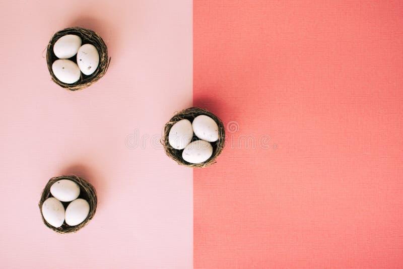 Ovos da páscoa em cestas pequenas fotografia de stock