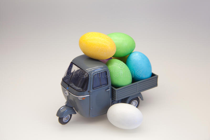 Ovos da páscoa em um caminhão pequeno imagens de stock