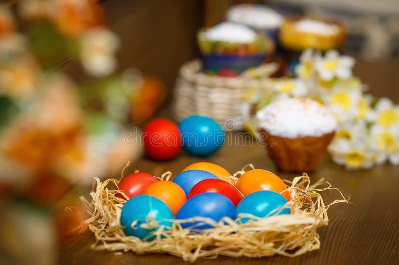 Ovos da páscoa em um fundo de madeira fotografia de stock