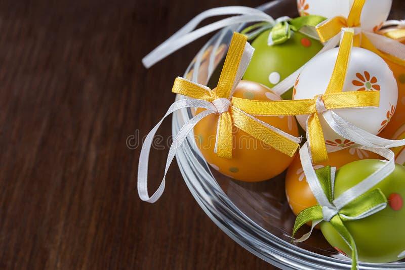 Ovos da páscoa em um potenciômetro de vidro fotos de stock royalty free