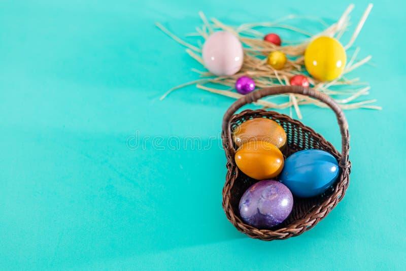 Ovos da páscoa em uma cesta de vime, vista superior fotografia de stock