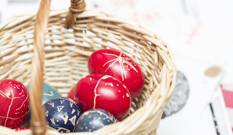 Ovos da páscoa em uma cesta trançada fotografia de stock royalty free