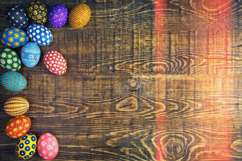 Ovos da páscoa feitos a mão coloridos perfeitos Vista superior imagens de stock royalty free