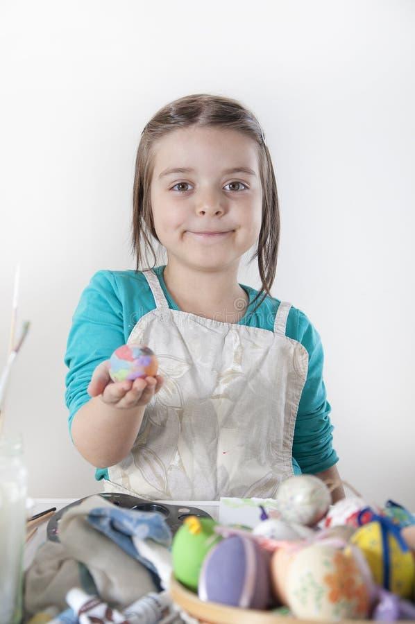 Ovos da páscoa felizes de uma pintura da menina fotografia de stock
