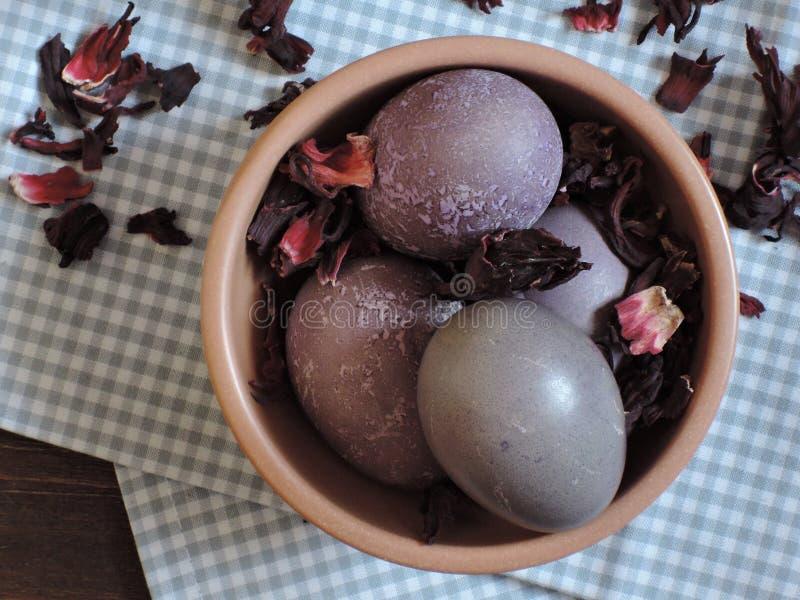 ovos da páscoa Hibiscus-tingidos foto de stock