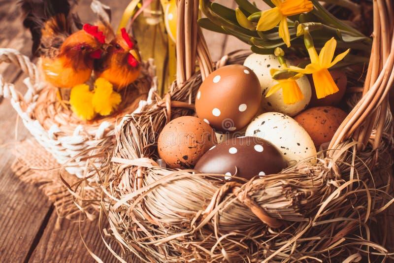 Ovos da páscoa na cesta imagem de stock