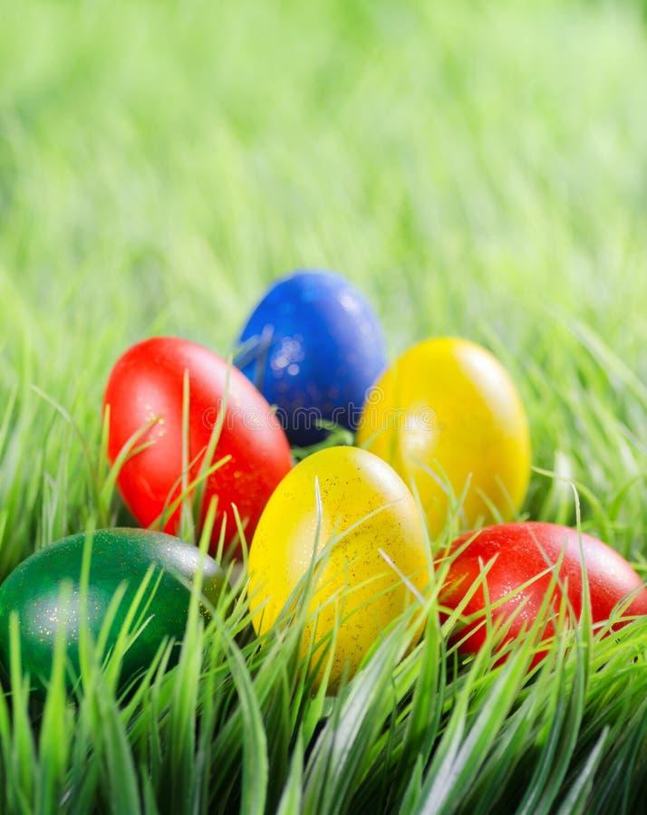 Ovos da páscoa na grama verde imagens de stock royalty free