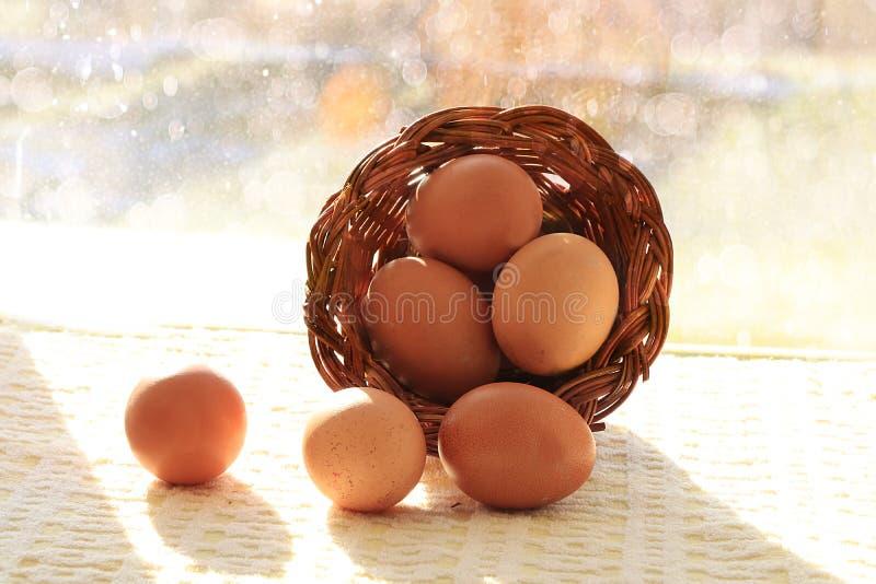 Ovos da páscoa naturais em uma cesta na tabela, preparação para o feriado da Páscoa fotografia de stock royalty free