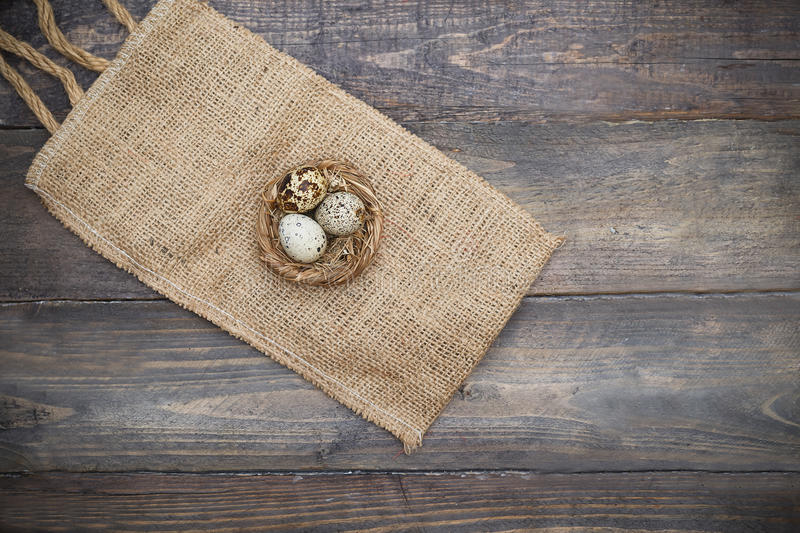 Ovos da páscoa no entalhe em placas de madeira Celebração da Páscoa fotografia de stock