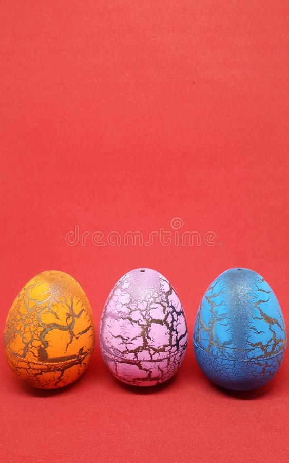 Ovos da páscoa no fundo vermelho fotos de stock royalty free