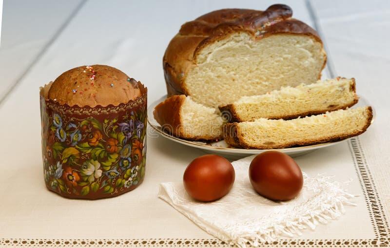 Ovos da páscoa no guardanapo e no bolo fotos de stock