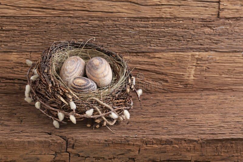 Ovos da páscoa no ninho fotografia de stock royalty free