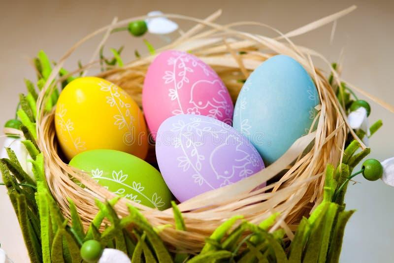 Ovos da páscoa no ninho em pranchas de madeira rústicas fotos de stock
