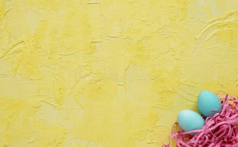 Ovos da p?scoa no ninho no fundo amarelo Conceito de Easter Copie o espa?o foto de stock