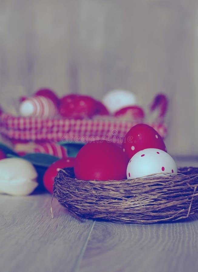 Ovos da páscoa no ninho no fundo de madeira imagem de stock royalty free