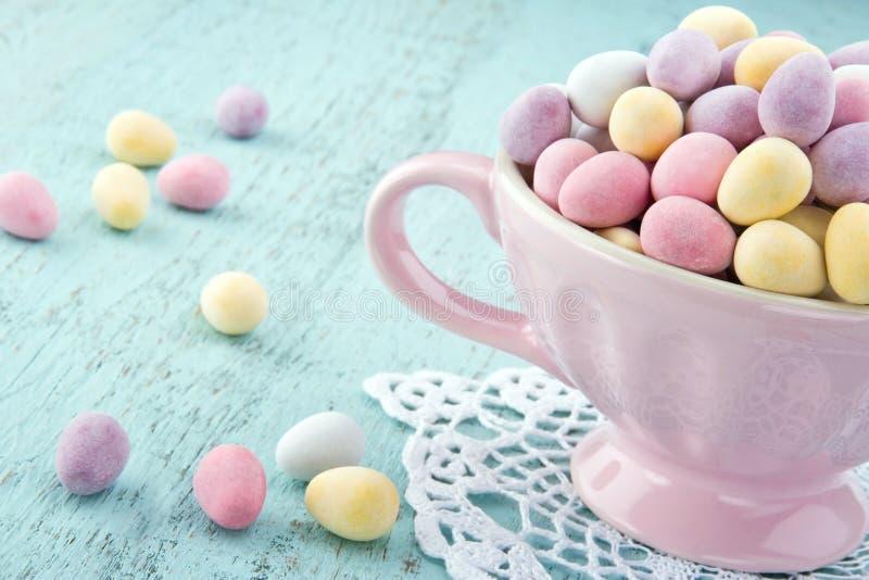 Ovos da páscoa pequenos em um copo cor-de-rosa fotografia de stock