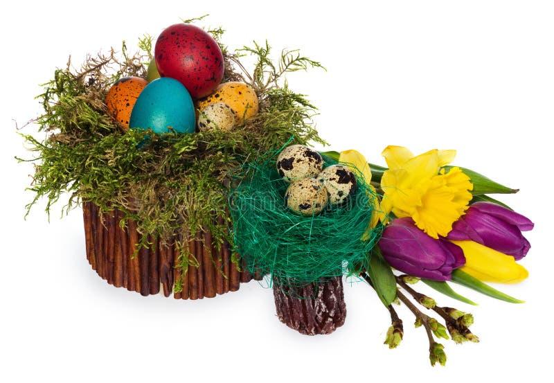 Ovos da páscoa pintados à mão em uma grinalda de vime, ninho do ` s do pássaro do musgo imagem de stock