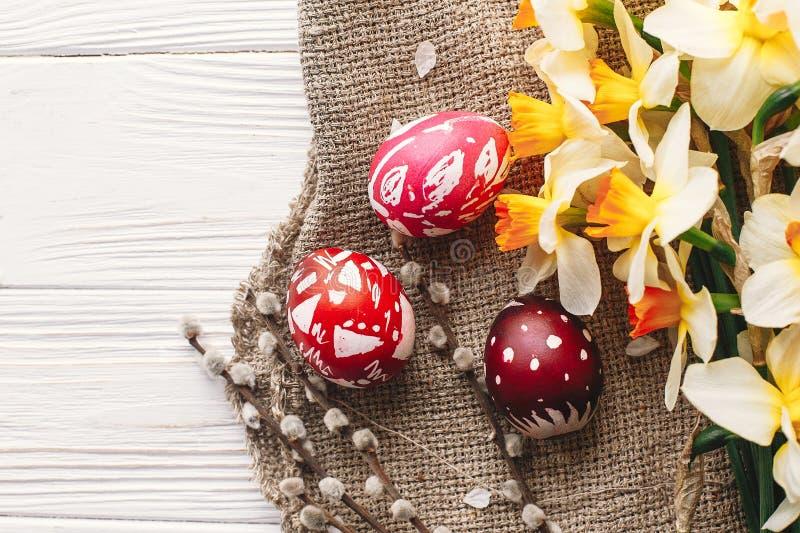 Ovos da páscoa pintados à moda no fundo de madeira rústico com spr fotografia de stock