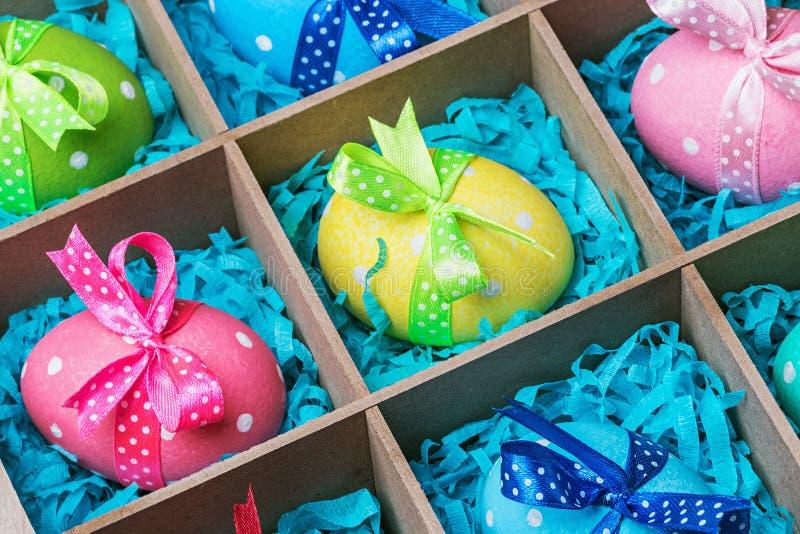 Ovos da páscoa pintados coloridos em uma caixa de madeira fotografia de stock royalty free