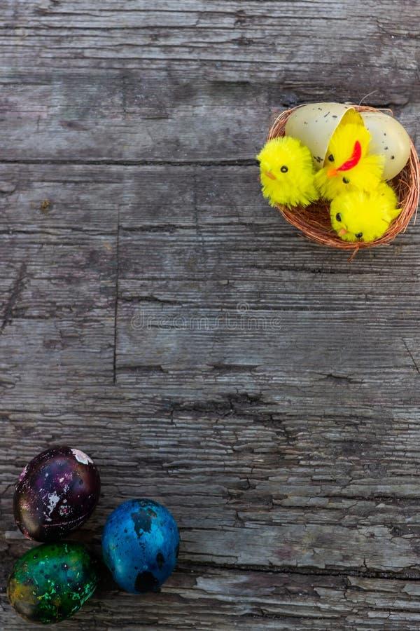 Ovos da páscoa pintados em cores brilhantes Vista superior, close-up Easter feliz Preparação para o feriado fotos de stock