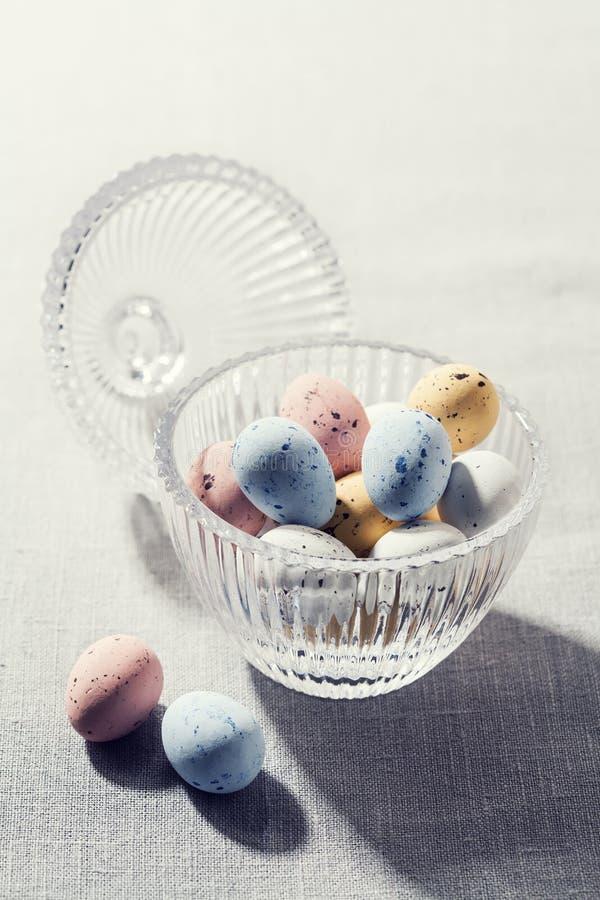 Ovos da páscoa salpicados do chocolate no shell de açúcar torrado foto de stock