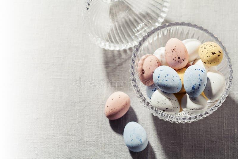Ovos da páscoa salpicados do chocolate no shell de açúcar torrado fotografia de stock