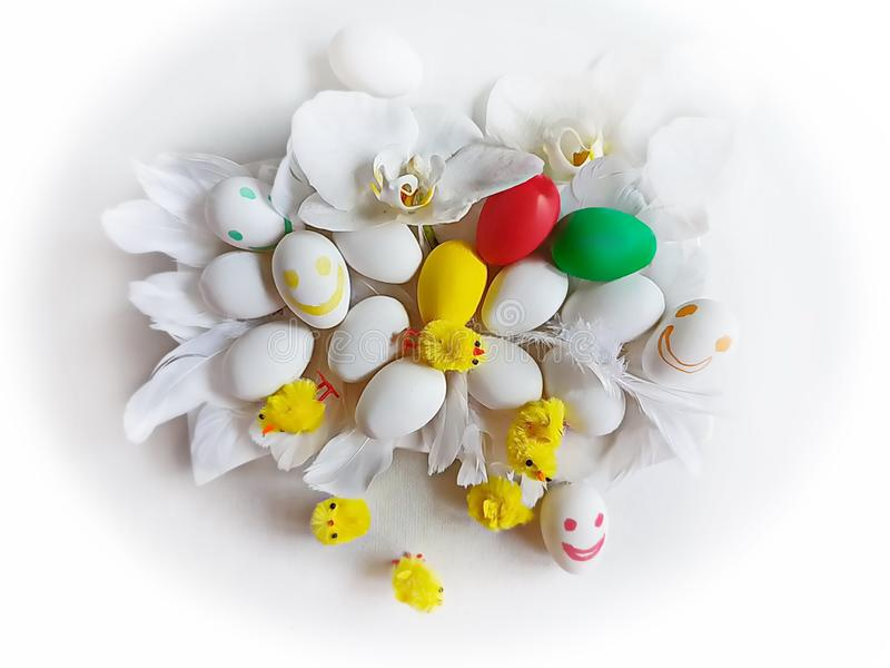 Ovos da p?scoa brancos e projeto azul do feriado do tema do fundo dos cumprimentos da ilustra??o da ?rvore de salgueiro vermelho imagens de stock