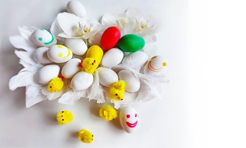 Ovos da p?scoa brancos e projeto azul do feriado do tema do fundo dos cumprimentos da ilustra??o da ?rvore de salgueiro vermelho foto de stock