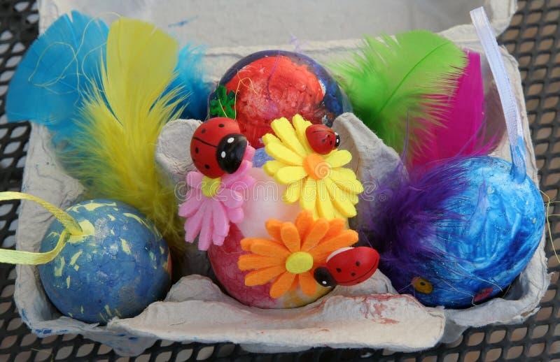 Ovos da p?scoa coloridos em um suporte Os ovos da p?scoa pintaram por uma crian?a imagem de stock royalty free