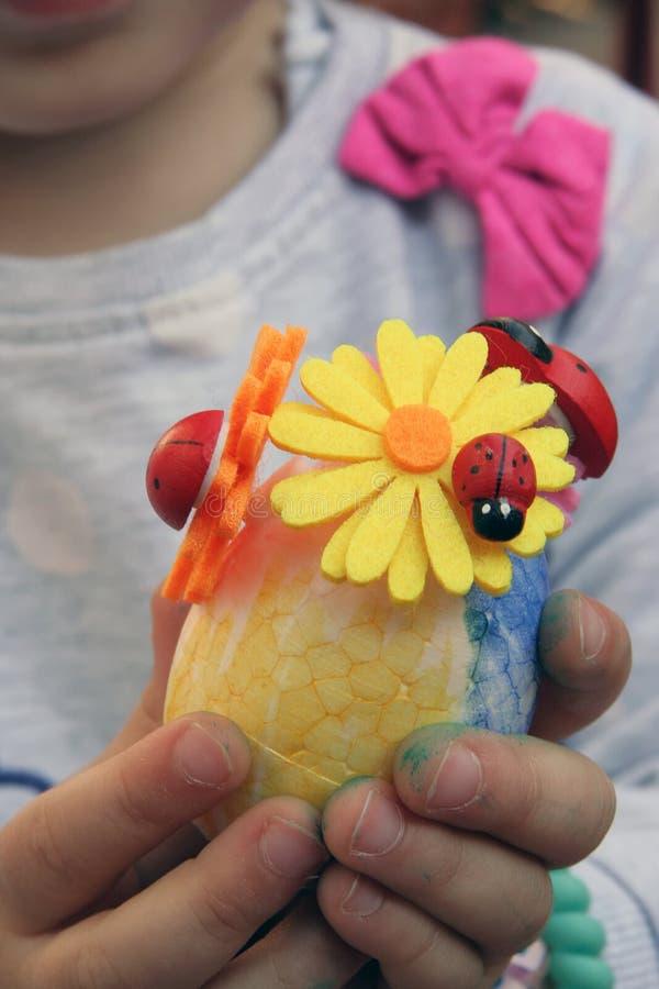 Ovos da p?scoa coloridos em um suporte Os ovos da p?scoa pintaram por uma crian?a fotografia de stock