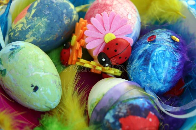Ovos da p?scoa coloridos em um suporte Os ovos da p?scoa pintaram por uma crian?a fotografia de stock royalty free