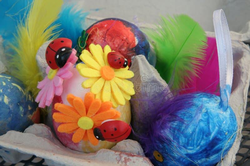 Ovos da p?scoa coloridos em um suporte Os ovos da p?scoa pintaram por uma crian?a fotos de stock royalty free