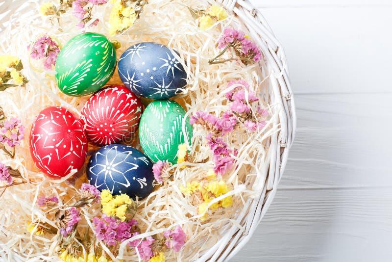 Ovos da p?scoa diferentes pintados ? m?o das cores fotos de stock royalty free