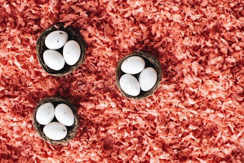 Ovos da p?scoa em cestas pequenas foto de stock royalty free