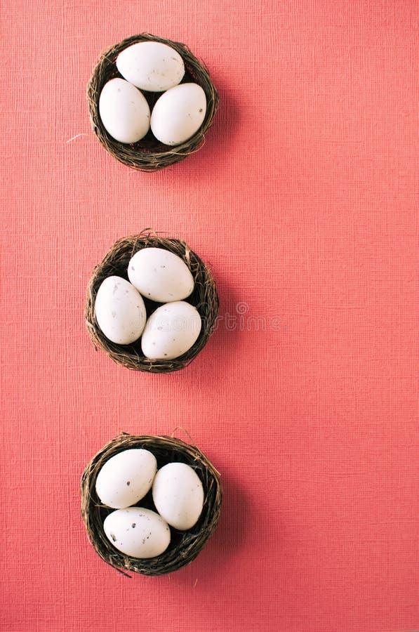 Ovos da p?scoa em cestas pequenas fotografia de stock