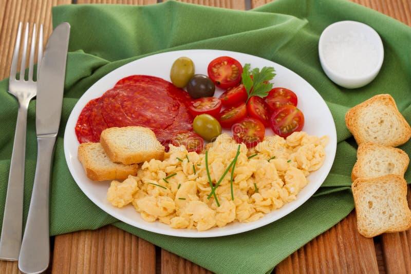 Ovos das precipitações com tomate e azeitonas fotografia de stock