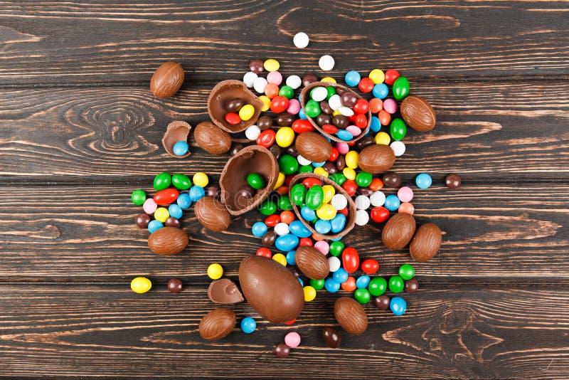 Ovos de chocolate e esmalte dos doces da cor imagem de stock royalty free