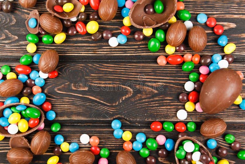 Ovos de chocolate e esmalte dos doces da cor fotografia de stock