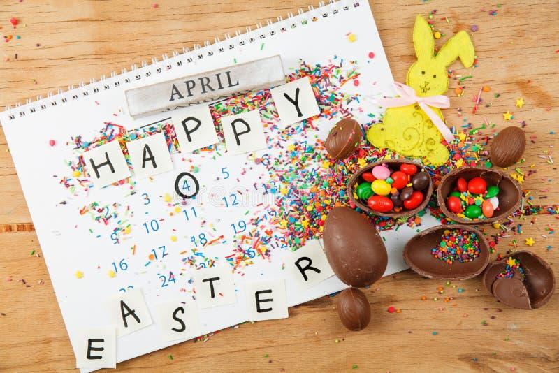 Ovos de chocolate e esmalte dos doces da cor imagens de stock