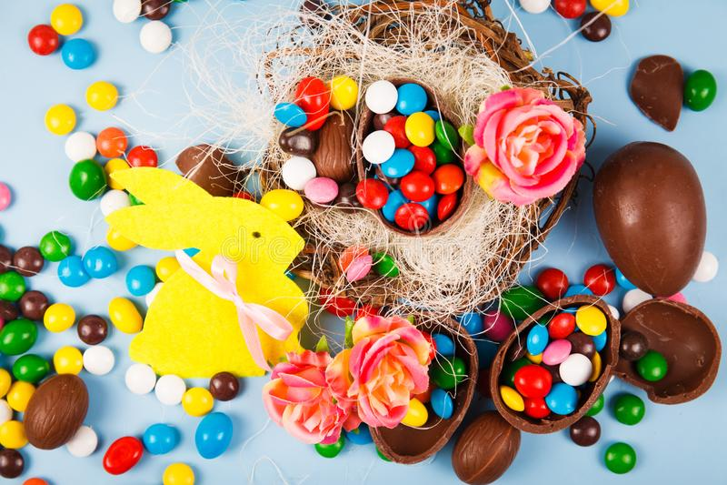 Ovos de chocolate e esmalte dos doces da cor foto de stock