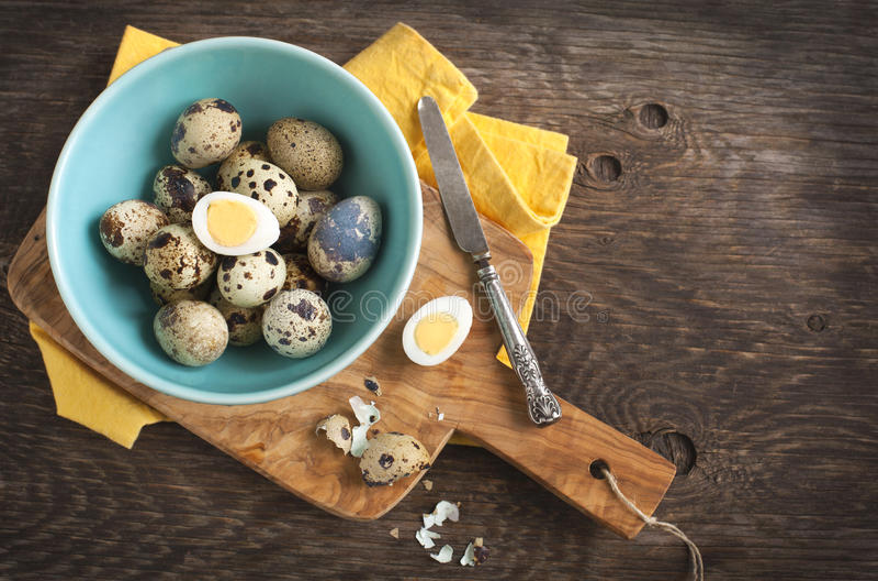 Ovos de codorniz fervidos duros frescos com shell ao lado ao cozinhar a placa foto de stock