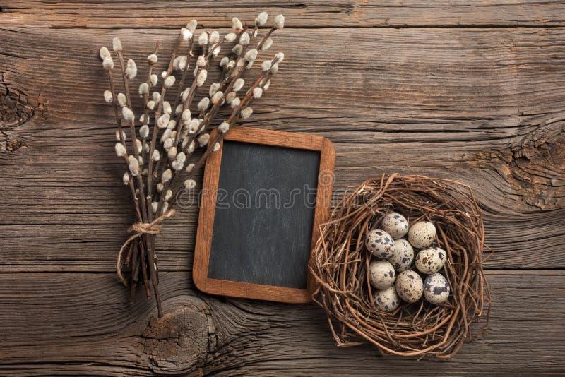 Ovos de codorniz no ninho e nas flores Cartão de Easter Vista superior com espaço para seus cumprimentos imagem de stock