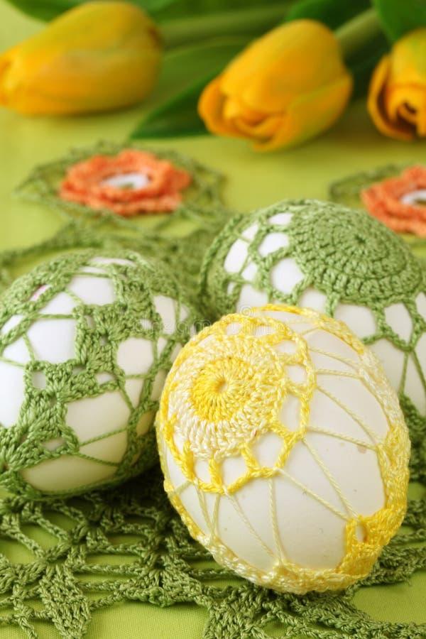 Ovos de Easter amarelos e verdes do crochet fotografia de stock